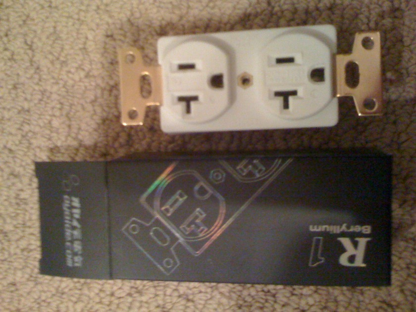 Oyaide  R1 Outlet 20 AMP
