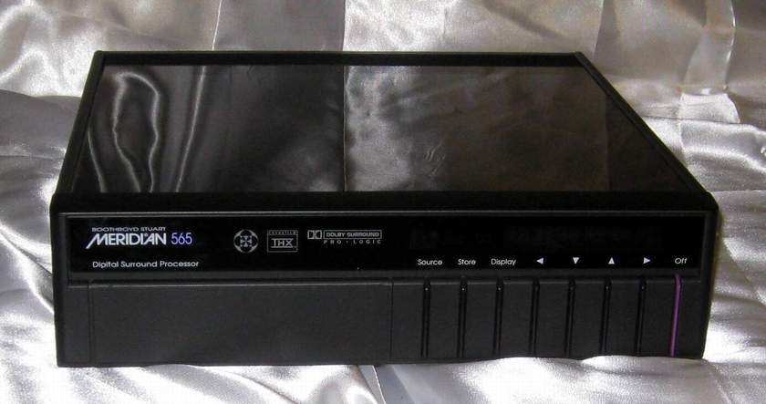 Meridian 565 preamplifier processor with manuals and remote
